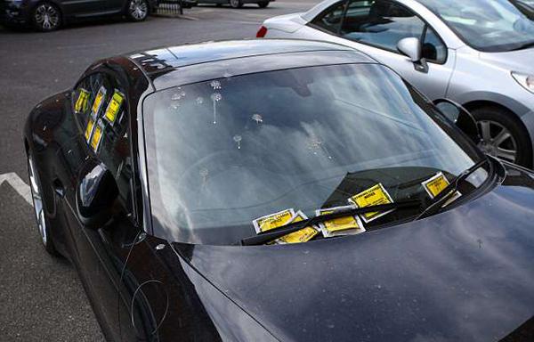 英豪车被贴10张罚单 罚金达3500元人民币
