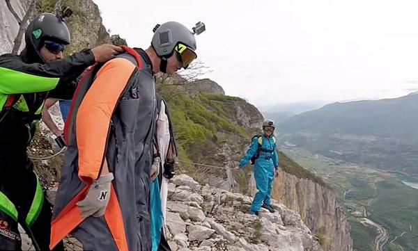 不走寻常路!极限跳伞爱好者挑战高难度双飞动作