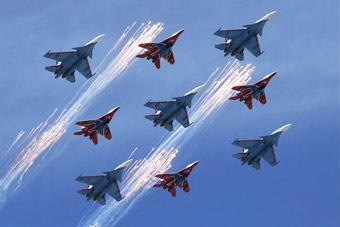 空中视觉盛宴!俄罗斯四大飞行表演队同场炫技