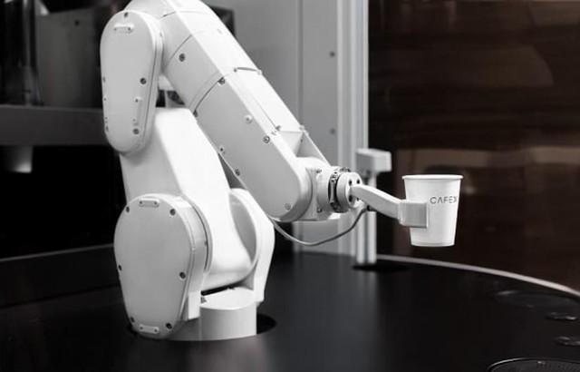 国外现超级咖啡机器人 一小时120杯造型科幻
