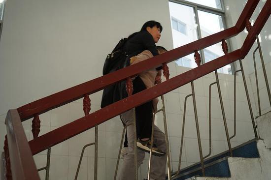 浙江一女教师骨裂第二天就上课,同为教师的丈夫背她上下4楼