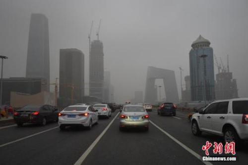 资料图:北京东三环主路被浓雾笼罩,能见度低。 中新网记者 金硕 摄
