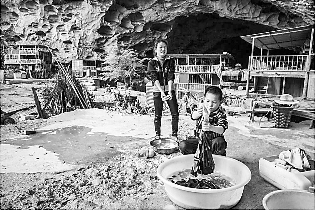 外媒:为何不愿离开 探访中国最后穴居家园