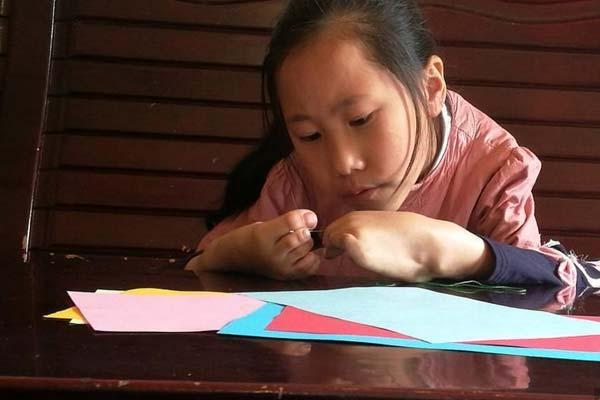 """四川9岁患疾小女孩笑对人生 """"脚怀绝技""""上演励志故事"""
