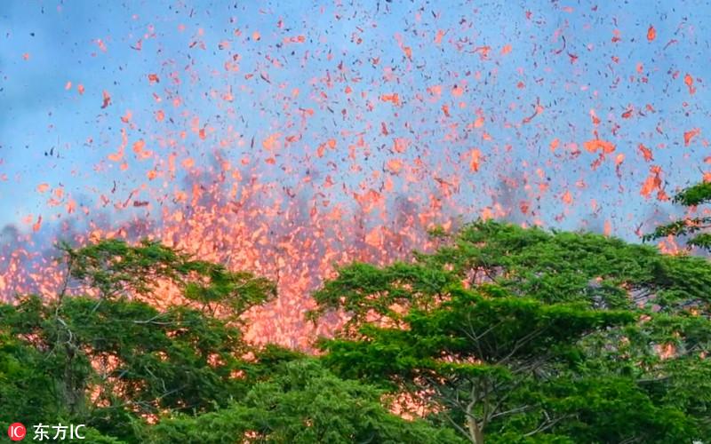当地时间2018年5月14日,英国摄影师Joseph Anthony深入夏威夷火山喷发禁区,拍摄下基拉韦厄火山第17处新裂口喷发画面?;嬷?,岩浆从新裂口喷涌而出,火花四溅。另一些画面还显示,美国海岸警卫队成员正在用他们的设备对空气中的二氧化硫含量进行测量。Joseph AnthonyCaters News/东方IC  当地时间2018年5月14日,英国摄影师Joseph Anthony深入夏威夷火山喷发禁区,拍摄下基拉韦厄火山第17处新裂口喷发画面?;嬷?,岩浆从新裂口喷涌而出,火花四溅。另一些画面还