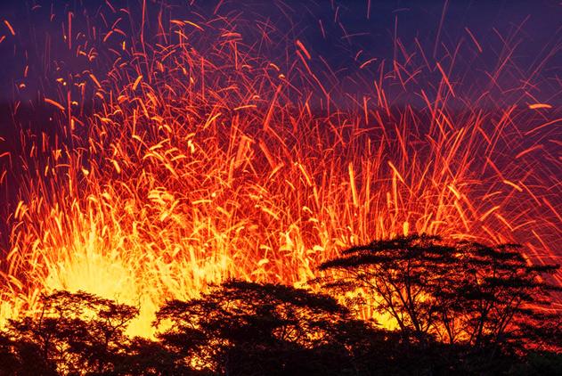 摄影师近距拍夏威夷火山喷发 熔岩喷涌火星四溅
