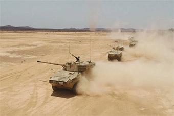 驻吉布提基地部队出动轮式步战车实弹演习