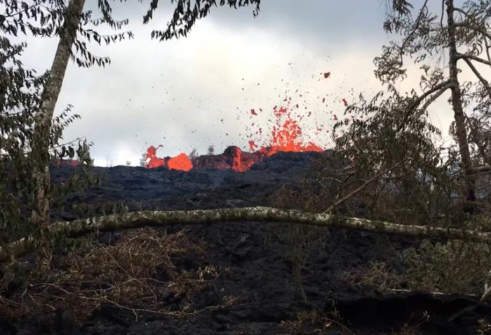 无人机视频显示夏威夷火山的破坏性熔岩流