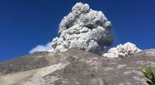 印尼登山露营者突遇火山喷发急忙撤离