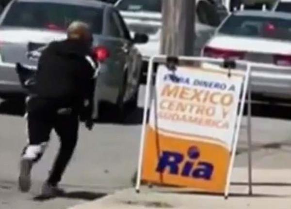美男子大街上与人斗殴 开枪射伤对手后逃逸