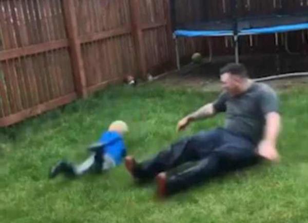 亲生的!英4岁男童踢球时遭爸爸铲球绊倒