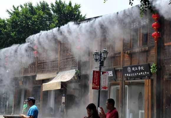 """福州景区启用""""大空调""""喷水雾装置为游客降温"""