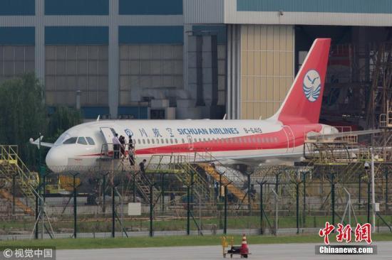 5月14日17时,成都机务人员正在对注册号为B-6419的空客A319客机进行检查,破损的右侧风挡玻璃处已经被临时遮挡。5月14日早上6:26,从重庆江北国际机场出发前往拉萨的四川航空3U8633次航班在成都区域巡航阶段时,右座前风挡玻璃破裂脱落,随后飞机挂出7700紧急代码并立即备降成都双流国际机场。 汪龙华 摄 图片来源:视觉中国