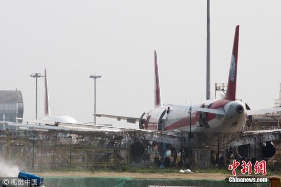 媒体:川航就航班备降事件致歉 风挡破裂原因等疑问待解