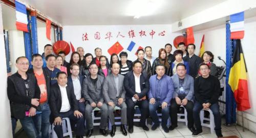 出席座谈会的侨领与热心人士合影。(图片来源:欧洲时报记者黄冠杰 摄)
