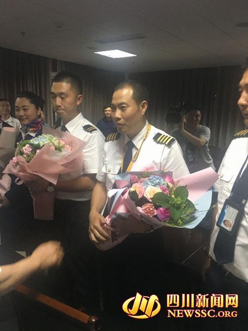 """3U8633航班""""英雄机组""""亮相 机组人员状态良好"""
