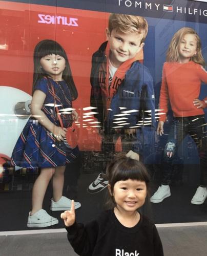 李凯娜常在各大品牌店看到自己的照片。(美国《世界日报》取自Instagram)