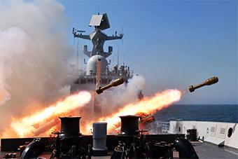 三艘护卫舰组成编队赴黄海实弹演习