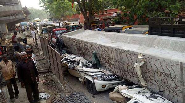 印度在建高架桥坍塌压扁数辆汽车 已致至少18人死亡