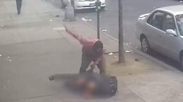 纽约男子街头遇袭被抢 行人视若无睹一脸冷漠