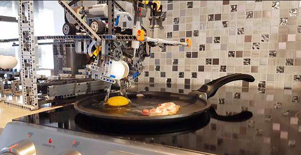 赞!网络博主发明乐高早餐机器人 会煎蛋煎培根