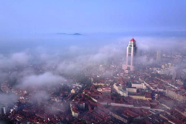 青岛雨后初晴现平流雾景观