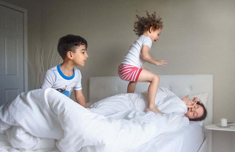 美摄影师拍摄母亲育儿日常展现母爱伟大
