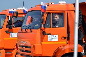 普京开卡玛兹卡车通过克里米亚大桥