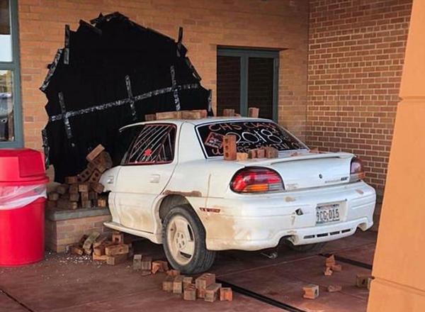 美中学生制作汽车撞进校长办公室恶作剧获警局赞赏
