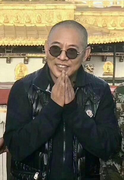 55岁李连杰现身西藏大昭寺 光头驼背被喊爷爷