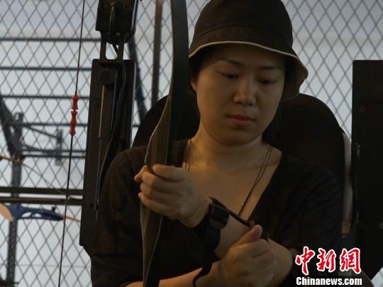 """女孩爱上弓箭运动 因""""渐冻症""""梦想参加残奥会"""