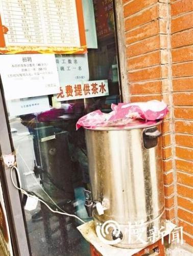 重庆一面馆暖心:老人医护人员免费升级套餐 路人免费喝茶