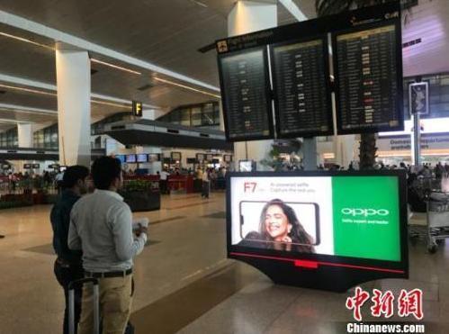 """中国侨网资料图:在新德里""""手机城""""的各种中国手机品牌。 中国新闻网 蔡敏婕 摄"""
