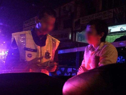 中国侨网女事主及友人偷拍警察及Grab车司机,但被警察勒索1万令吉。(马来西亚《中国报》)