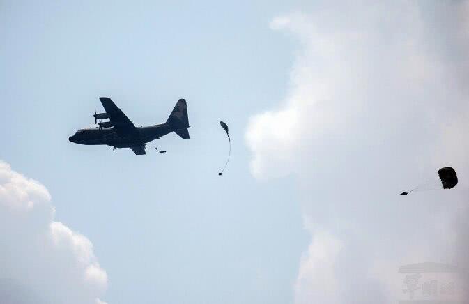 """""""汉光演习""""预演伞兵降落伞未能打开 高空坠落机场"""