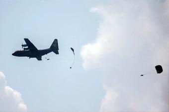 台军演习伞兵降落伞未能打开 直接从高空摔落