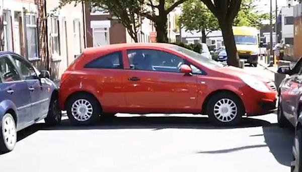 """英""""老司机""""将车恰巧停在两车之间无法取出"""