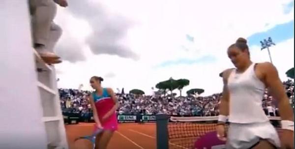 捷克女网球选手因错判输球后怒砸裁判椅
