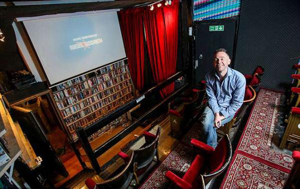 英影像租赁店迫于经营压力转型打造微型电影院