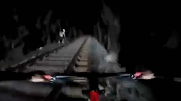 """巴西""""废弃""""隧道突现火车 骑行者惊险弃车逃命"""