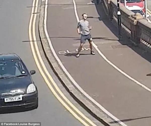 英个性发型师上班途中在自行车道开心尬舞