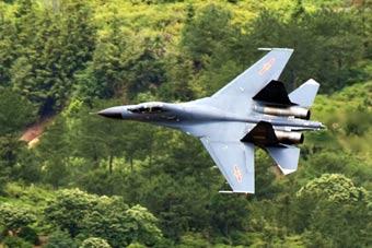 穿山谷、贴浪飞!解放军歼-11战机超低空突击
