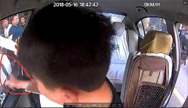 毒贩持刀拒捕挟持出租车 警察开枪将其击伤终擒获