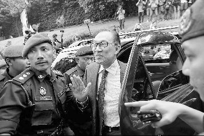 图片说明:图为安瓦尔获释后同民众打招呼。
