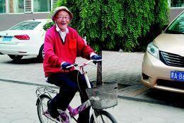 97岁老人骑自行车健身8公里 写博文玩博客还跟团游