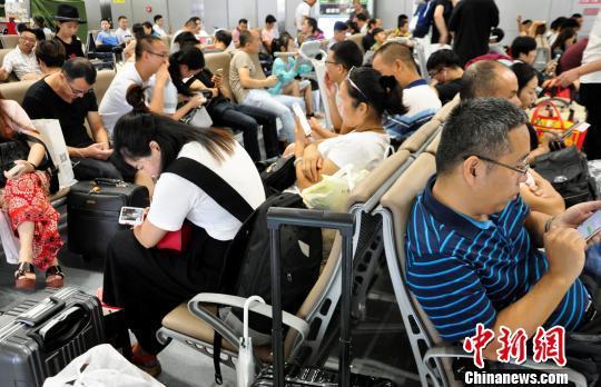 成都机场遇雷暴 延误航班已增至166个