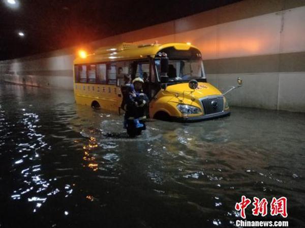 广元暴雨致校车被困隧道,消防齐腰深水中救出