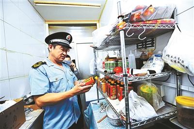 北京食药监局检查外卖线下店铺 超范围经营食品下架
