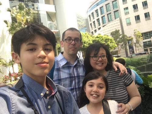 中国侨网Josh Reisner(左一)和家人的香港之旅。(美国《世界日报》/周爱诗提供)