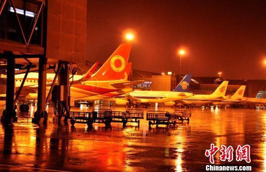 成都机场遭遇雷暴天气 1万多名旅客出行受阻(图)